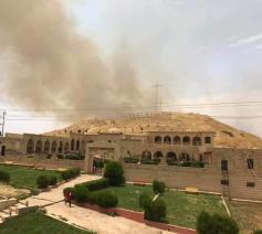 De rook komt van de graanvelden rond Karemlesh die in brand ziujn gestoken © Facebook