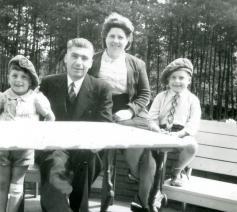 Leopold staat naast vader Flor Peeters, Bruno zit naast moeder Helena Luyten  © Privécollectie familie Peeters