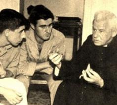 Kardinaal Cardijn in gesprek met jonge arbeiders © Internationale Cardijnvereniging