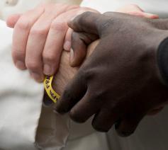 Paus Franciscus dringt aan op maaltijden en ontmoetingen met migranten © Caritas International