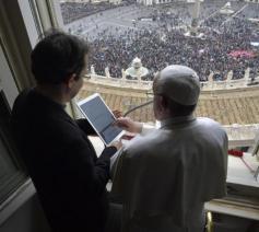 Paus Franciscus lanceert de app Click To Pray © Vatican Media