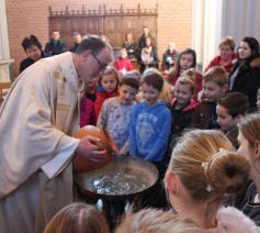 Eerste communicanten rond het water van de doop  © RvH