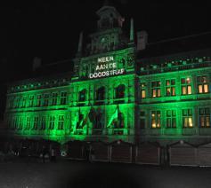 Het Antwerpse stadhuis groen uitgelicht bij de actie 'Cities for life' © Sant'Egidio