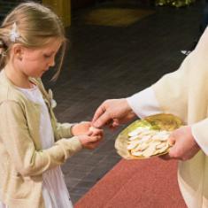 voor de eerste maal deelnemen aan de eucharistie © Willy Haers