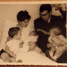 Uit het familiealbum: mama is de baby in oma's armen. © Charlotte Braeckeveldt