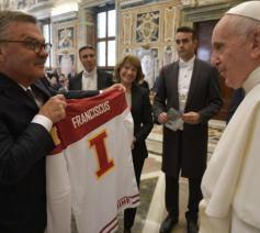 Paus Franciscus kreeg een hockeyshirt © Vatican Media