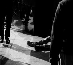 'De mensen die ons passeren, kijken letterlijk op ons neer. Velen ook figuurlijk.' © Pixabay / ptrabattoni