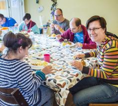 Anja T'Kindt (rechts) aan tafel in De Ark Gent. © Frank Bahnmüller