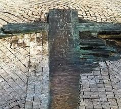 Herinneringsmonument in Praag. Mark Van de Voorde: 'In de uitwaaierende arm van het kruis zie ik een teken van hoop.' © Mark Van de Voorde