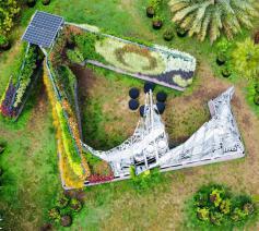 The Living Chapel in de Botanische Tuin in Rome bestaat uit gerecycleerd aluminium, grotendeels bekleed met planten uit oerbossen. © The Living Chapel