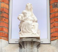 Mariabeeld boven nieuwe pastorie Kortemark © Federatie Krekedal Kortemark