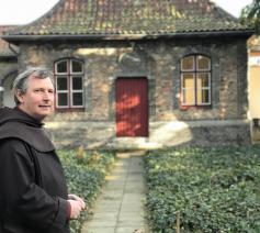 Martin Faingnaert toont de kluizenaarswoningen van de Karmel Brugge. © Lieve Wouters