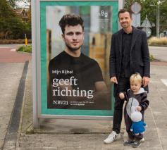 In Nederland maken reclameaffiches voorbijgangers attent op de uitgave van de NBV21 en vragen: Wat doet de Bijbel met jou? © NBV21