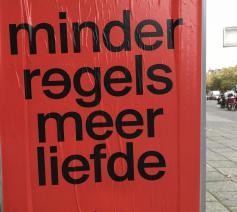 Deze affiche in het Amsterdamse straatbeeld zet Nikolaas Sintobin aan het denken. © Nikolaas Sintobin