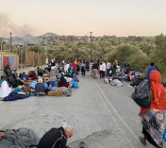 Vele vluchtelingen zijn naar een snelweg gevlucht © twitter