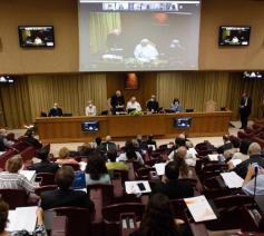 Paus Franciscus spreekt de vertegenwoordigers van lekenbewegingen toe © Vaticaan Media