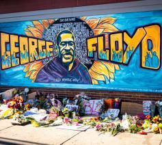 Memoriaal voor vredesactivist George Floyd, die stikte toen een politieagent zijn knie bijna 9 minuten lang op zijn keel hield. © Unsplash / Munshots