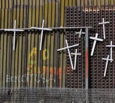Ieder wit kruis staat voor een Zuid-Amerikaanse vluchteling die stierf langs de muur tussen Mexico en de VS. © Jonathan McIntosh