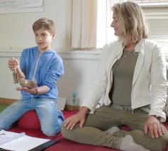 Dani en zijn moeder Andrea namen deel aan het onderzoek en waren zeer gebaat bij de mindfulness trainingen. © KRO/NCRV