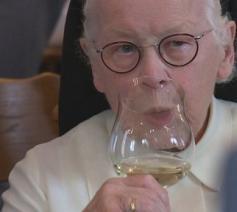 Dit weekend werden de eerste flessen wijn van de zusters van Oosterhout gepresenteerd © kro