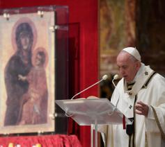 Paus Franciscus tijdens de paasnacht © Vatican Media