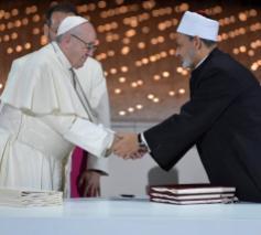 Paus Franciscus en imam el-Tayeb schudden elkaar hartelijk de hand na het ondertekenen van het Document over Broederlijkheid voor Wereldvrede en Samenleven. © Vatican News on Facebook