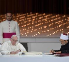Paus Franciscus en imam el-Tayeb tekenen een Verklaring voor Wereldvrede tijdens een historische ontmoeting in Abu Dhabi. © Vatican News on Facebook