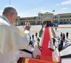 Paus groet ten afscheid in Abu Dhabi. © Vatican News on Facebook