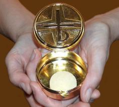 De communie wordt meegenomen in een pyxis, een rond doosje met deksel. Doorgaans is het van zilver en is de binnenkant verguld. Eigenlijk kan het beschouwd worden als een handzamere versie van de ciborie. © Kerknet