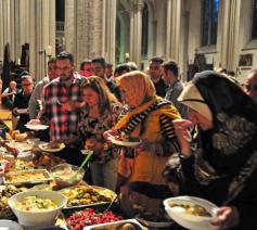 Verbroedering met de moslimgemeenschap tijdens een iftarmaaltijd in Brugge © Yot