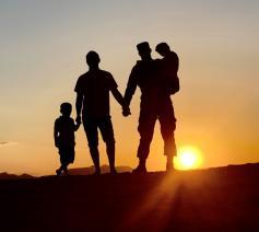 Wat maakt een gezin tot een gezin: de biologische verwantschap of de emotionele band tussen ouders en kinderen?   © US Air Force  Joshua Thompson