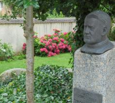 Buste van pater Jordan in de tuin van de pastorie te Gurtweil
