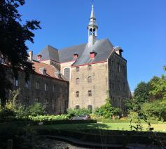 Buitenzicht vanuit de tuin van het Karmelietenklooster in Brugge © Sacred Books