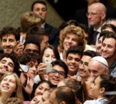 Jongeren nemen een selfie met de paus op de jongerensynode. © La Croix