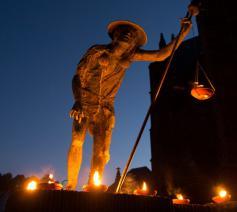 Het Sint-Rocusbeeldje in Aarschot, feeëriek verlicht op de vooravond van zijn feestdag, die valt op 16 augustus. © Dienst Cultuur Aarschot