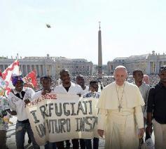 Paus Franciscus omringd door enkele vluchtelingen © Caritas