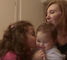 Deze vluchtelingenfamilie vond huisvesting in Brussel en wordt begeleid door vrijwilligers van de parochie.