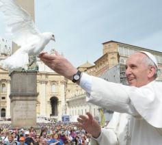 Franciscus laat een vredesduif vliegen op het Sint-Pietersplein © Vatican Media