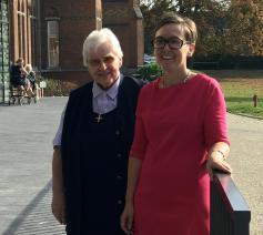 Zuster Jacinta Gilles en Laurence Degreef, directeur wzc Annuntiaten Heverlee. © Lieve Wouters