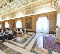 Paus Franciscus met de zusters van de Congregatie van Jezus en Maria  © Vatican Media