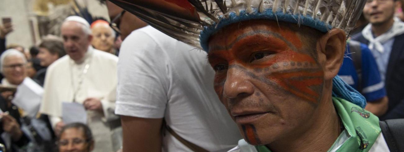 Heel wat Amerindiërs nemen deel aan de synode over de Amazone. © Osservatore Romano / Twitter