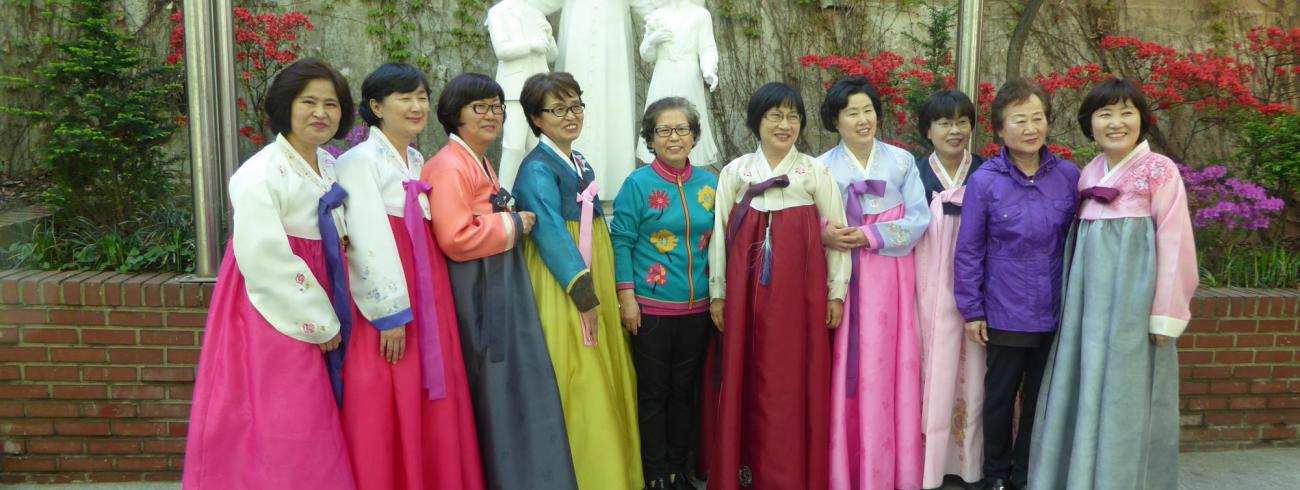 Bisschop Van Looy in campagneland Zuid-Korea © Missio