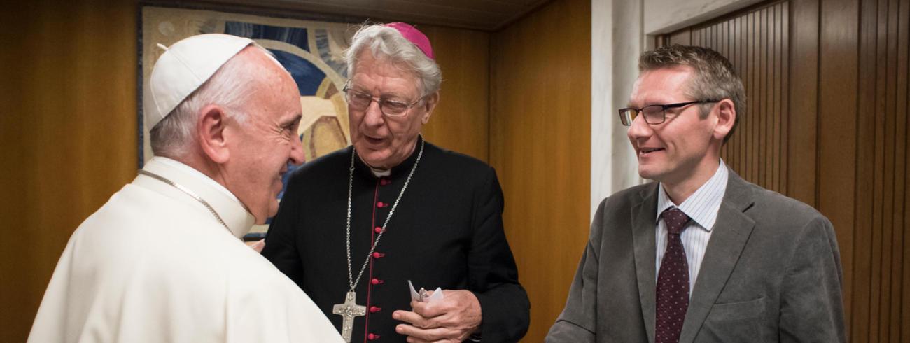 Paus Franciscus, Tertio-redacteur Emmanuël Van Lierde en mgr Van Looy  © Osservatore romano