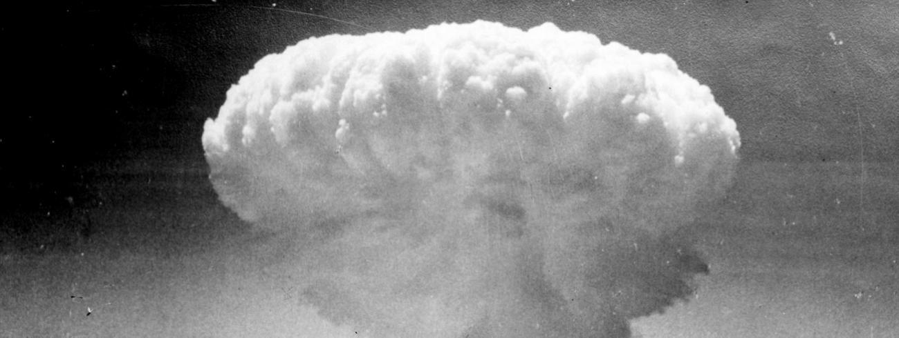 De gevaren van het gebruik van atoomwapens en kernenergie die in dit op ware feiten gebaseerde verhaal worden verteld,  zetten de lezer aan het denken (foto: de atoombom op Nagasaki, 9 augustus 1945).  © rr