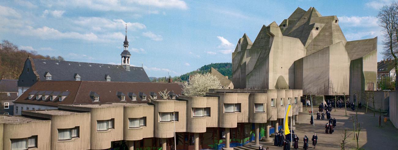 Zicht op de Maria Koningin van de Vredekerk in Neviges, een ontwerp van Gottfried Böhm.  © Inge en Arved von der Ropp – Irene und Sigurd Greven Stiftung