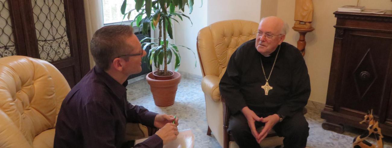 Tertio hoofdredacteur Emmanuel Van Lierde op gesprek bij kardinaal Danneels. © evl