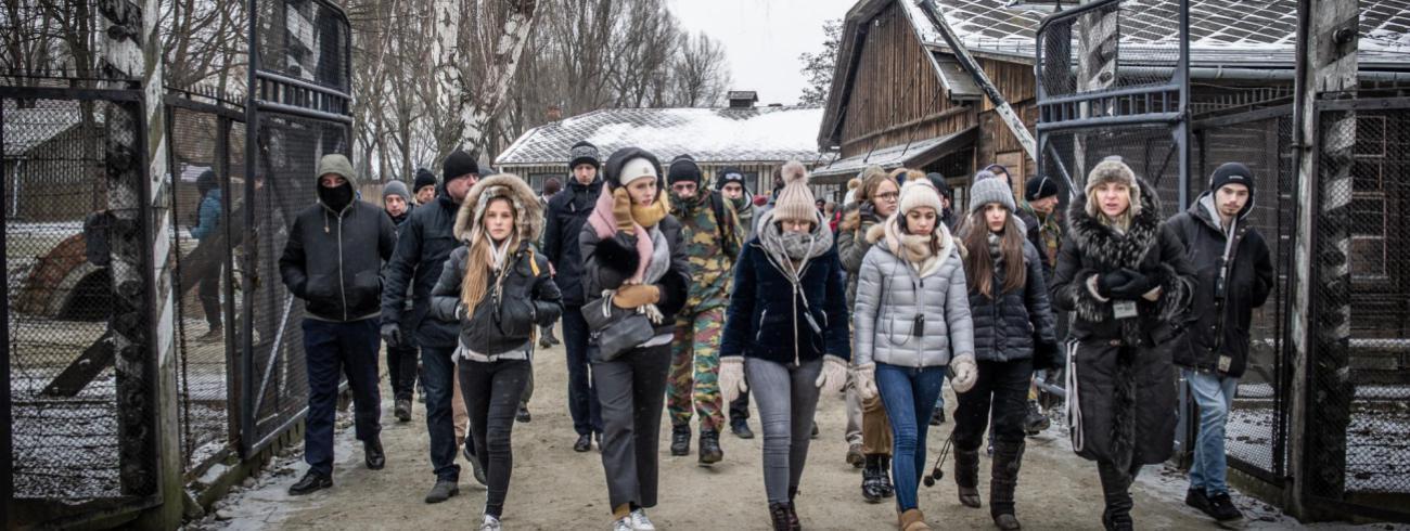"""""""Wanneer je de poort van Auschwitz binnenstapt, voel je de spanning, de stilte, de leegte die eigenlijk niet zo leeg is"""",  schrijft Julie over haar indrukken van de herinneringsreis.  © Erwin Ceuppens / Belgian Defence"""