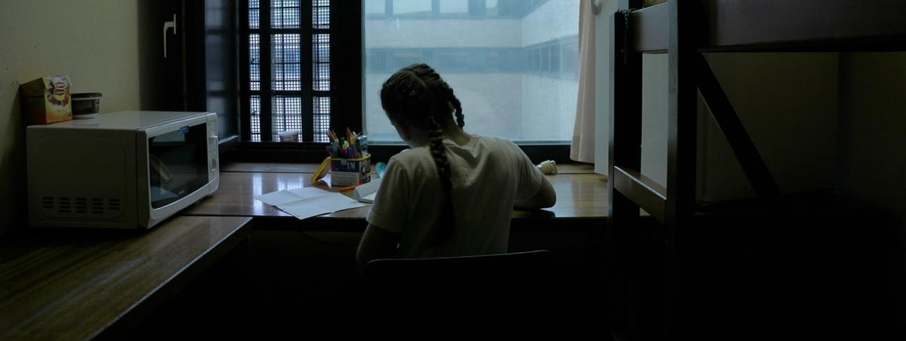 """""""Een gevangenis is een intimiderende omgeving. Maar door de vrouwen in beeld te brengen tijdens  gewone dagelijkse handelingen konden we hen toch nabij komen"""", vertelt Griet Teck.  © Griet Teck"""