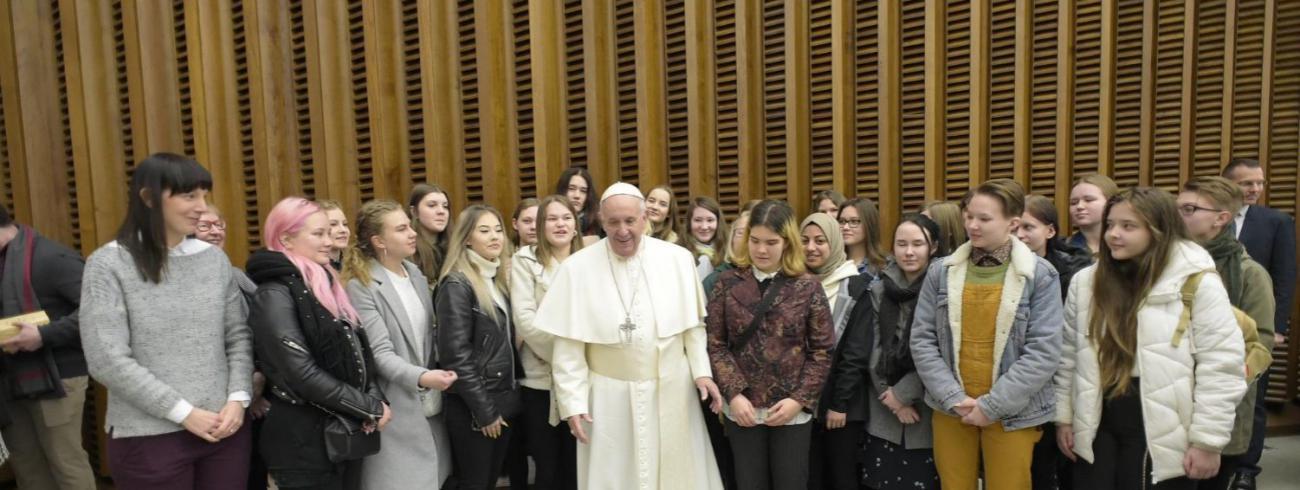 Paus Franciscus omringd door jongeren tijdens de algemene audiëntie van woensdag 15 januari 2020 © VaticanNews