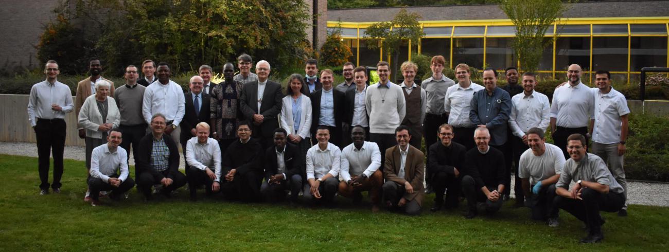 Mgr. Patrick Hoogmartens met de seminaristen van de Vlaamse bisdommen, de vormingsploeg, de rectoren en de religieuzen die er filosofie of theologie studeren © Johannes XXII-seminarie